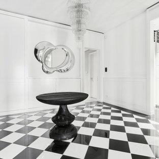 Großer Moderner Flur mit weißer Wandfarbe und Keramikboden in Berlin