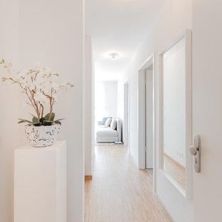 ベルリンの小さい北欧スタイルのおしゃれな廊下 (白い壁、竹フローリング、ベージュの床) の写真