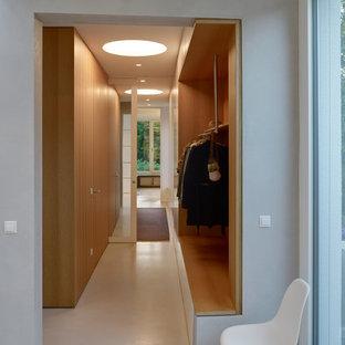 Свежая идея для дизайна: маленький коридор в современном стиле с белым полом, серыми стенами и полом из терраццо - отличное фото интерьера