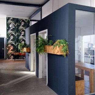 Inredning av en modern mycket stor hall, med grå väggar, betonggolv och grått golv