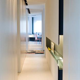 Foto på en liten funkis hall, med vita väggar, linoleumgolv och beiget golv