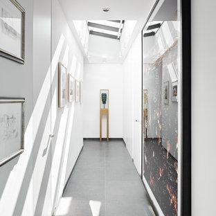 Mittelgroßer Moderner Flur Mit Weißer Wandfarbe, Betonboden Und Grauem  Boden In Köln