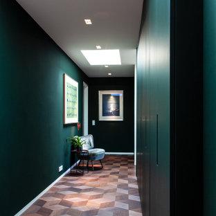Idéer för stora 50 tals hallar, med gröna väggar, mellanmörkt trägolv och brunt golv