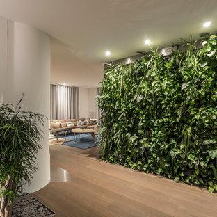 Mittelgroßer Moderner Flur mit weißer Wandfarbe, braunem Holzboden und braunem Boden in Stuttgart