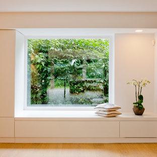 Idéer för mellanstora funkis hallar, med vita väggar och ljust trägolv
