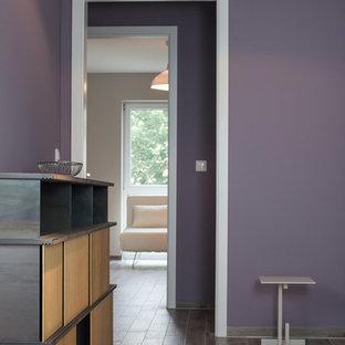Идея дизайна: маленький коридор в стиле фьюжн с фиолетовыми стенами, полом из керамической плитки и коричневым полом