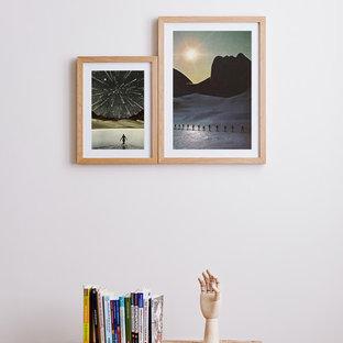 Schlichte Flurdeko mit Holzbank und Büchersammlung