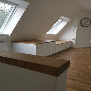 На фото: коридор в стиле модернизм с белыми стенами, полом из винила, коричневым полом и многоуровневым потолком