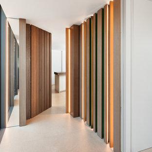 Inspiration pour un grand couloir design avec un mur blanc, un sol en linoléum et un sol beige.