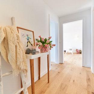 Mittelgroßer Nordischer Flur Mit Weißer Wandfarbe, Hellem Holzboden Und  Beigem Boden In Essen