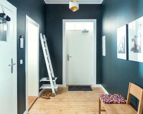 Großer Moderner Flur Mit Blauer Wandfarbe Und Braunem Holzboden In Berlin