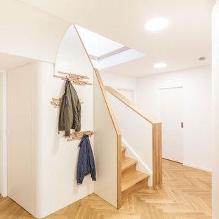 Inspiration för en funkis hall, med vita väggar, mellanmörkt trägolv och brunt golv