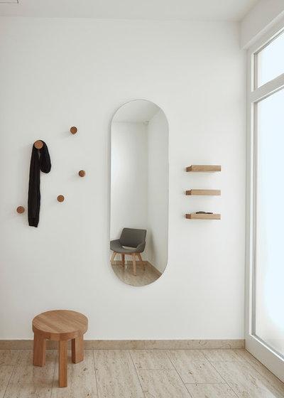 Modern Hallway & Landing by STUDIOPETERGAESSLER
