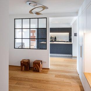 Großer Industrial Flur mit braunem Holzboden, weißer Wandfarbe und braunem Boden in Essen
