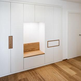 Свежая идея для дизайна: коридор среднего размера в стиле лофт с белыми стенами, паркетным полом среднего тона и коричневым полом - отличное фото интерьера