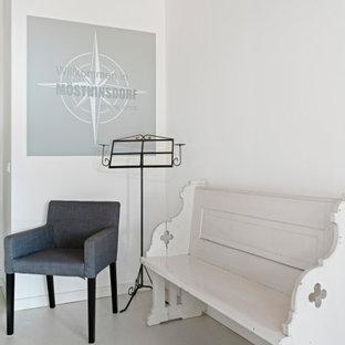 Exempel på en mellanstor modern hall, med vita väggar, linoleumgolv och beiget golv