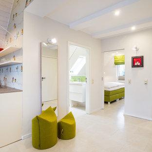 Aménagement d'un couloir contemporain de taille moyenne avec un mur blanc, un sol en liège et un sol blanc.