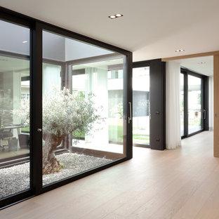 Mittelgroßer Moderner Flur mit weißer Wandfarbe, braunem Holzboden und beigem Boden in Dortmund
