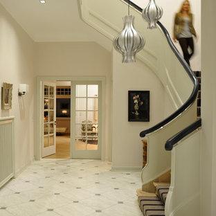 Foto di un ingresso o corridoio minimal con pareti bianche