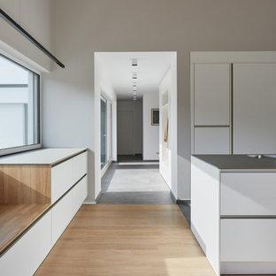 Неиссякаемый источник вдохновения для домашнего уюта: коридор в стиле модернизм с деревянным полом, коричневым полом и балками на потолке