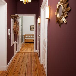 Idéer för att renovera en liten vintage hall, med lila väggar, ljust trägolv och beiget golv