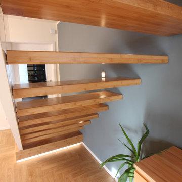 Wandscheibentreppe in Bambus kombiniert mit weiss