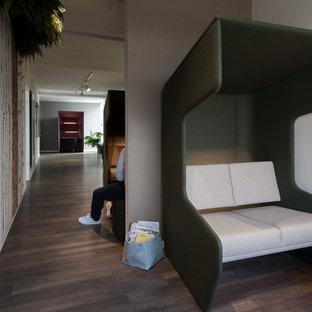 Cette photo montre un couloir moderne avec un mur blanc et un sol en linoléum.