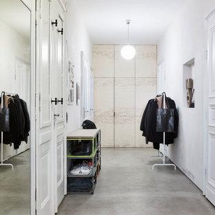 Mittelgroßer Industrial Flur mit weißer Wandfarbe, Betonboden und grauem Boden in Leipzig