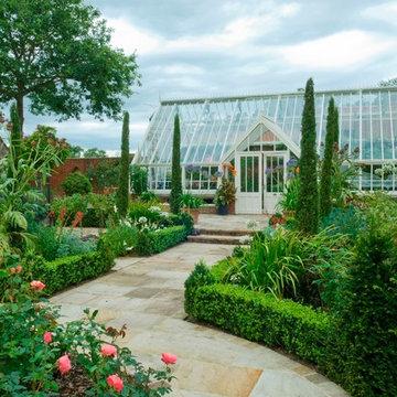 Anlehn-Gewächshaus in einem  klassischen Walled Garden