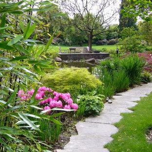 Großer Moderner Garten Im Sommer, Neben Dem Haus Mit Gartenweg, Direkter  Sonneneinstrahlung Und Natursteinplatten