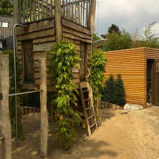 Halbschattiger Rustikaler Garten mit Spielgerät in Hamburg