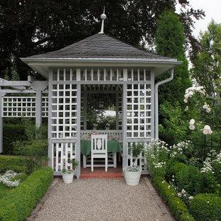 Idéer för att renovera en vintage trädgård i delvis sol framför huset på sommaren, med en trädgårdsgång och grus