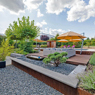 Moderner Kiesgarten mit Gartenmauer und direkter Sonneneinstrahlung in Köln