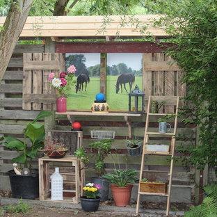 Idéer för att renovera en stor lantlig trädgård i delvis sol på sommaren, med en vertikal trädgård