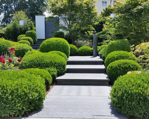 Großer Klassischer Vorgarten Im Sommer Mit Gartenweg, Direkter  Sonneneinstrahlung Und Natursteinplatten In Köln