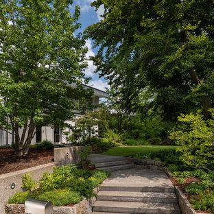 Klassischer Garten mit Gartenweg in Sonstige