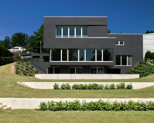 Geometrischer Moderner Hanggarten Im Sommer Mit Direkter Sonneneinstrahlung  Und Betonplatten In Stuttgart