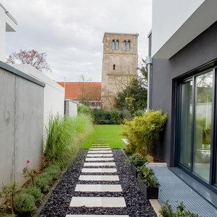 Großer, Geometrischer, Halbschattiger Moderner Garten neben dem Haus mit Gartenweg in Düsseldorf