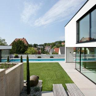 Großer Moderner Garten Neben Dem Haus, Im Sommer Mit Wasserspiel, Direkter  Sonneneinstrahlung Und Betonplatten