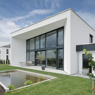 Mittelgroßer Moderner Garten hinter dem Haus mit Teich und direkter Sonneneinstrahlung in München
