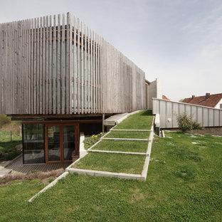 Mittelgroßer Moderner Garten Hinter Dem Haus, Im Sommer Mit Gartenweg,  Direkter Sonneneinstrahlung Und Betonplatten