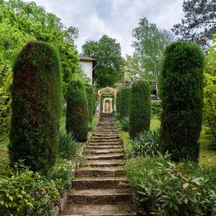 Großer, Geometrischer Klassischer Garten hinter dem Haus, im Sommer mit Gartenweg, direkter Sonneneinstrahlung und Natursteinplatten in Stuttgart