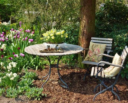 Mittelgroßer, Halbschattiger Landhaus Garten Im Sommer, Hinter Dem Haus Mit  Mulch In Essen