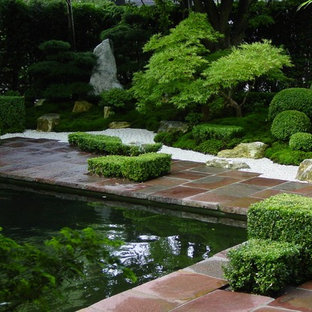 Inspiration for a mid-sized asian partial sun courtyard stone landscaping in Bremen for summer.