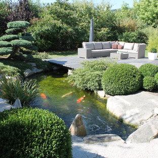 Großer Asiatischer Garten im Sommer, hinter dem Haus mit Wasserspiel, Dielen und direkter Sonneneinstrahlung in Nürnberg