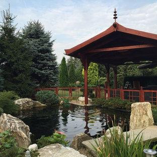 Großer Asiatischer Garten im Sommer, hinter dem Haus mit direkter Sonneneinstrahlung in Nürnberg