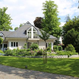 Großer Landhausstil Garten Im Sommer Mit Gartenmauer, Natursteinplatten Und  Direkter Sonneneinstrahlung In Hamburg
