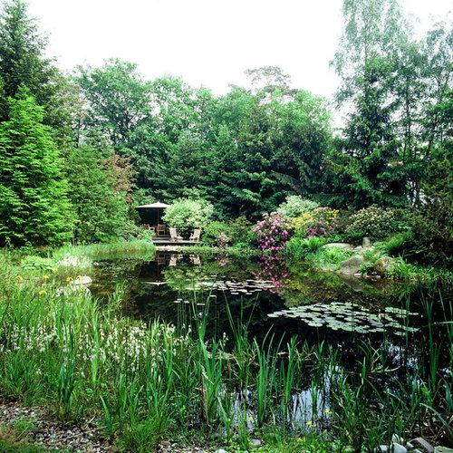 Geräumiger, Halbschattiger Country Kiesgarten Im Sommer, Hinter Dem Haus  Mit Wasserspiel In Hamburg