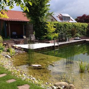 Mittelgroßer Landhaus Garten hinter dem Haus mit Teich und direkter Sonneneinstrahlung in Sonstige