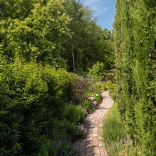 Klassischer Garten mit Gartenweg und Pflasterklinker in Sonstige